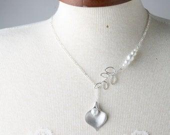 Bridesmaid necklace, silver calla and white pearl necklace, white wedding jewelry, bride necklace, delicate bridesmaid necklace, calla lily