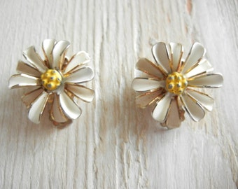 Vintage 1960's Daisy Clip On Earrings | Metal Earrings