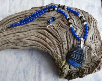 22 Inch Beautiful Blue and Black Banded Fire Agate Pendant Necklace Set