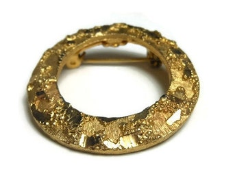 Mamselle circle brooch 1960s brutalist gold plated textured eternity pin