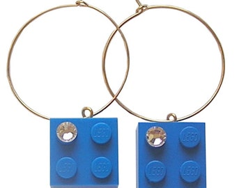 Dark Blue LEGO (R) brick 2x2 with a Diamond color SWAROVSKI crystal on a Silver/Gold plated hoop
