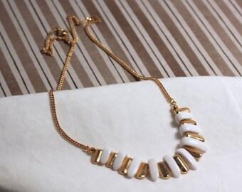Avon gold tone Bermuda choker with white plastic petals  vintage 1983