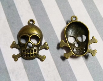 Skull and Crossbones Pendants Charms Halloween Charms Pirate Charms Pendants Gothic 50 pieces Wholesale Charms Antiqued Bronze