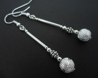 A pair of pretty  silver plated dangly drop earrings.