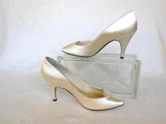 vintage satin pumps wedding shoes cream by seadawlvintage. Black Bedroom Furniture Sets. Home Design Ideas