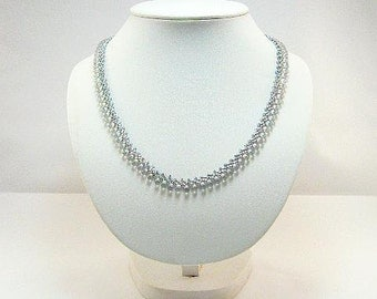 Delicate necklace in silver grey