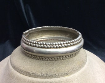Vintage Silvertone Hinged Bangle Bracelet