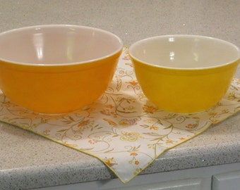 Nice for fall vintage mid century mod retro Pyrex glass oven ware citrus daisy orange yellow 402 403 kitchen mixing bowls