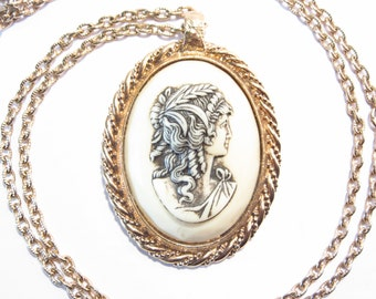 Sarah Coventry Cameo Necklace Gracious Lady Vintage 70s