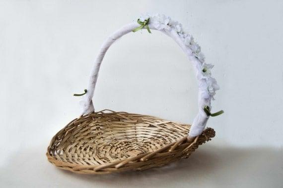 panier d cor de tulle et de fleurs panier en osier pour les. Black Bedroom Furniture Sets. Home Design Ideas