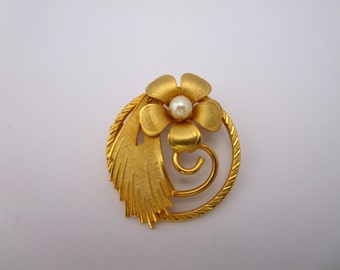 Vintage Gold Tone Brooch, 5 Petal Flower With Faux Pearl Center