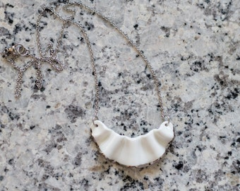 Small wave necklace with gold thread