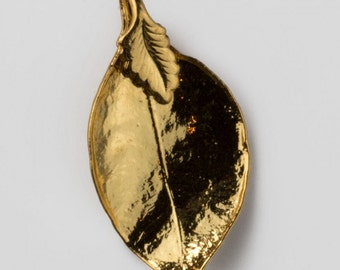 Vintage gold dipped leaf pendant. Measures 35x17mm. (b14-647)