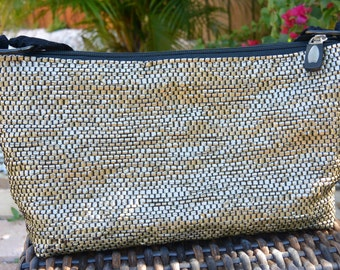 Purse handwoven out of recycled plastic shopping bags