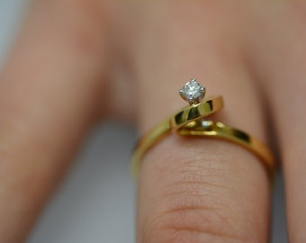 Gold and Diamond Ribbon-style Crest Vintage Ring