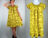 Vintage 1950s Hawaiian Print Banana Yellow Tent Dress w/ Ruffled Hem. Retro Mod Slouchy Ethnic Sundress w/ Cap Sleeves. Extra Small - Medium