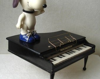 SNOOPY stands on Mini Baby Grand Piano, 15 keys, SO CUTE! Vintage