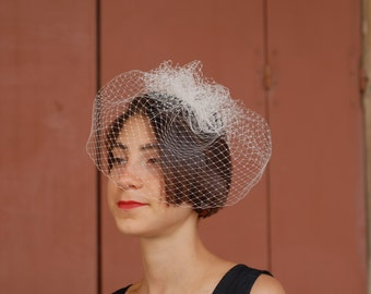 """Mary""-fascinator Veil in White on comb"