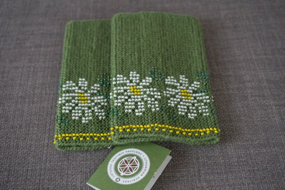 Meadow green, white and yellow daisy beaded wrist warmers/ knitted wristlets with beads / woollen cuffs – ready to ship