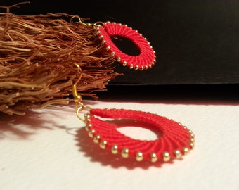 macramè  wheel red earrings with gold beads