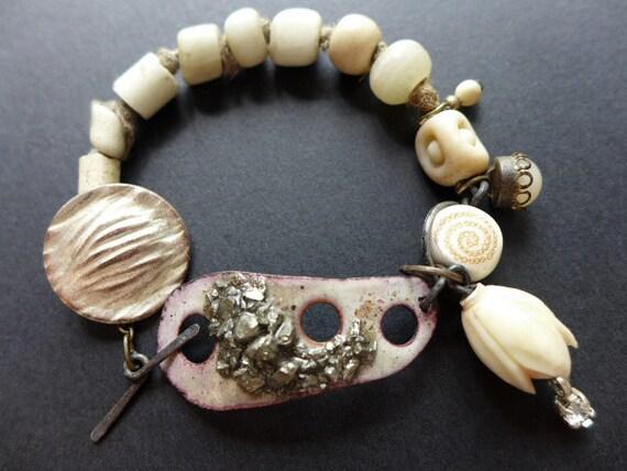 Ambedo. White rustic assemblage bracelet.