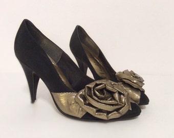 vintage 1980s heels // romantic rosette womens 80s bombshell black gold shoes 5 5.5