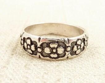 Size 8 Vintage Stamped Sterling Flower Patterned Ring