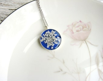White Flowers Necklace Queen Anne's Lace Blue Pendant Garden Botanical Bridal Jewelry Pressed Flowers Naturalist Plant Nature Inspired Resin