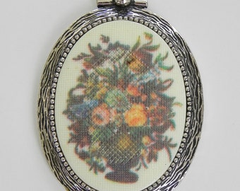 Sarah Coventry Flower Pendant. Floral Pattern in Oval Frame.