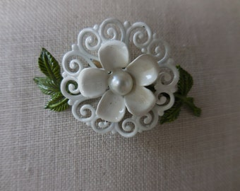 Vintage 1950s to 1970s White and Green Enamel Flower Pin/Brooch Pearl