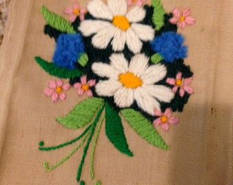 Small floral crewel embroidery funky 1970 Look daisy