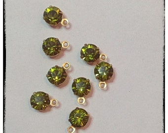 Swarovski Crystals in Olivine, in a brass setting with 1 loop. 8pcs, 6mm (ss29)