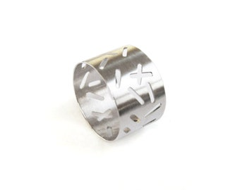 Large silver ring with random lines pattern by Camillettejewelry