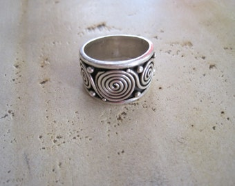 Sterling silver Indonesian circle ring in size 8.5