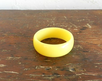 60's YELLOW LUCITE BANGLE - Buttercream / Thick / Fun / Summer / Pin Up / Mad Men / Collectible