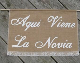 Aqui Viene La Novia Banner - Spanish Here Comes The Bride Sign - Aqui Viene La Novia Sign - Ring Bear Sign - Spanish Wedding Burlap Banner
