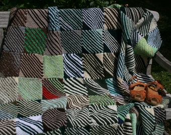 Sibérie : New french knitted afghan, patchwork of wool knitted squares, green and ecru.