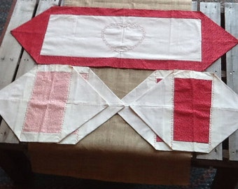 Red and cream tablerunner with 4 placemats