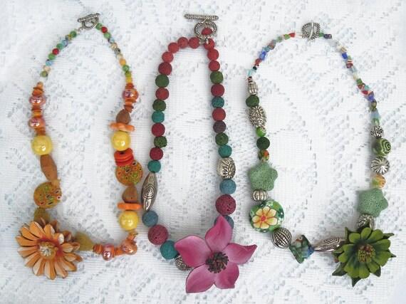 collane colorate con fiore di cuoio dipinto a di