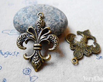 Fleur de Lis Flower of Lily Antique Bronze Pendants Charms 27x38mm Set of 10 pcs A5585
