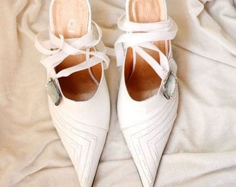 Vintage shoes: white pointed heels