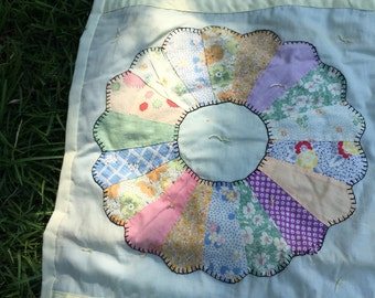 Antique Hand crafted Quilt with Dresden Plate pattern