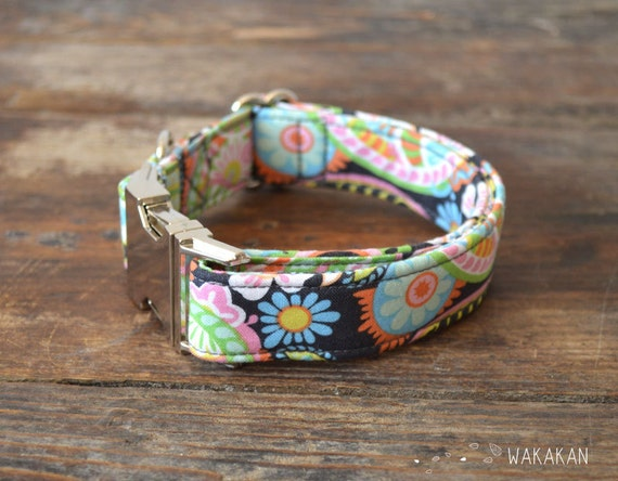 Hippie Time dog collar adjustable. Handmade with 100% cotton fabric. Flower pattern in multiple colors. Retro and fun. Wakakan