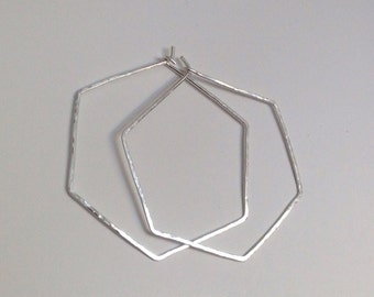 Hammered hexagon hoop earring ( sterling silver/silver plated )