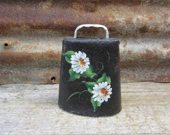 Antique Metal Cow Bell Hand Painted Daisy Flowers Dasies Metal Primitive Rustic Decor Rusti Vintage Bell Dairy Farm Bell Collection Barn VTG