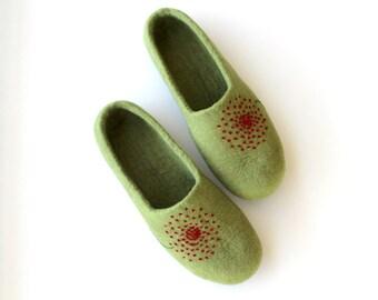 Women felt slippers - felted wool slippers - green felt slippers with red dandelion