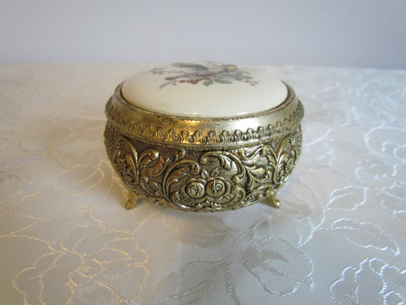 Sankyo Round Music Box With Wagtail Birds On Porcelain Lid