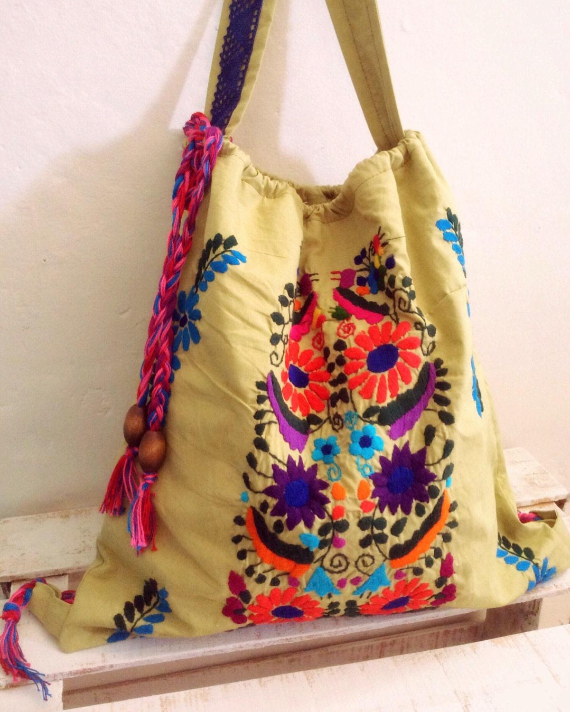 Bolso mochila con hermoso bordado floral mexicano por for Disenos de bolsos de tela