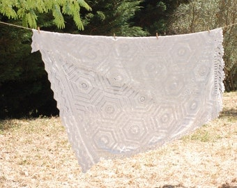 French vintage bedspread in  hand hook dating fifties, shabby chic style