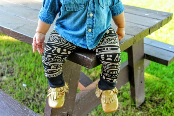 Tribal Baby Leggings, Toddler Leggings, Boy Leggings, Girl Leggings, Dark Grey Arrows, Tribal Leggings. Baby Leggings - Organic and Gender Neutral Knit Made with Spoonflower designer artisan fabric - Dark Grey Arrows - Tribal Leggings by Saravadesigns on Etsy.